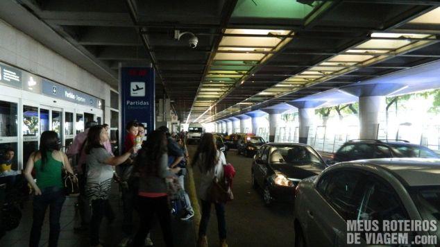 Acesso para veículos em frente ao aeroporto Aeroparque - Buenos Aires