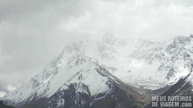 Picos nevados na Cordilheira dos Andes - Argentina