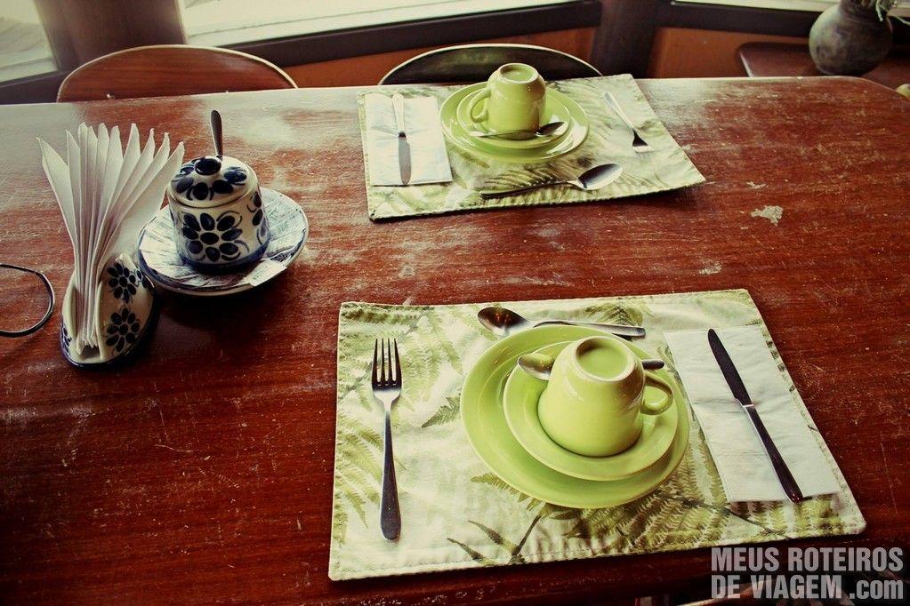 Opções fartas e servidas com muita elegância no café da manhã do Parador