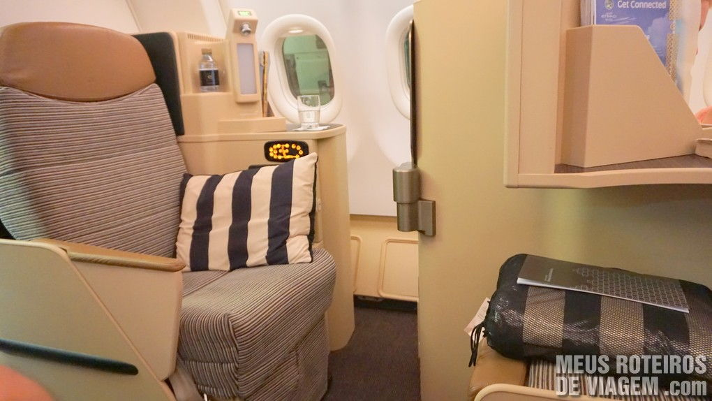 A poltrona da Classe executiva da Etihad Airways - Business Class