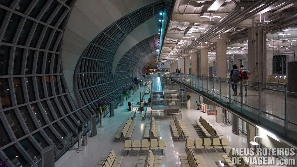 Salas de embarque no Aeroporto de Bangkok Suvarnabhumi