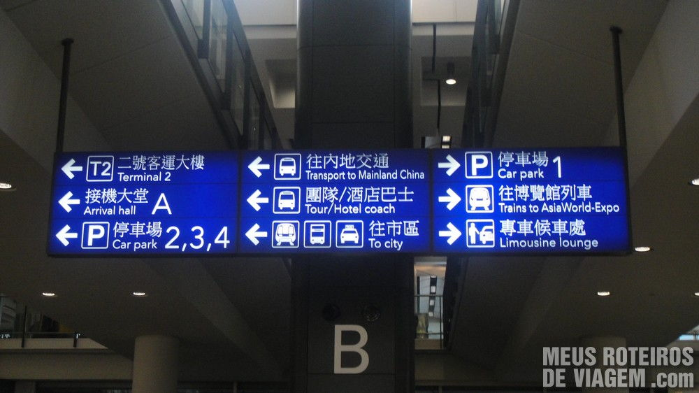 Placas indicativas no desembarque do Aeroporto de Hong Kong