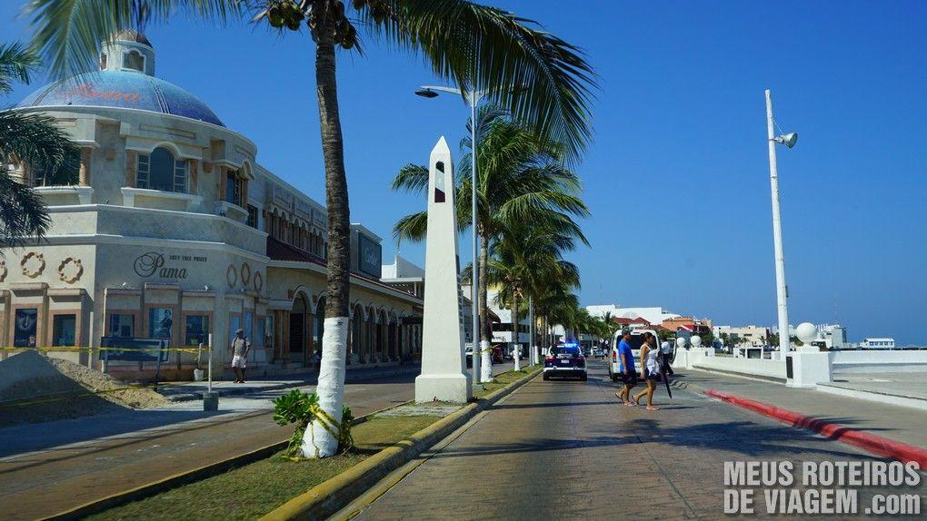 Avenida no centrinho de Cozumel - México
