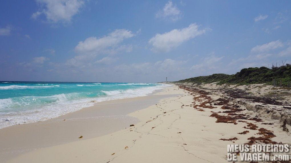 Praia deserta na costa leste do Parque Punta Sur - Cozumel, México