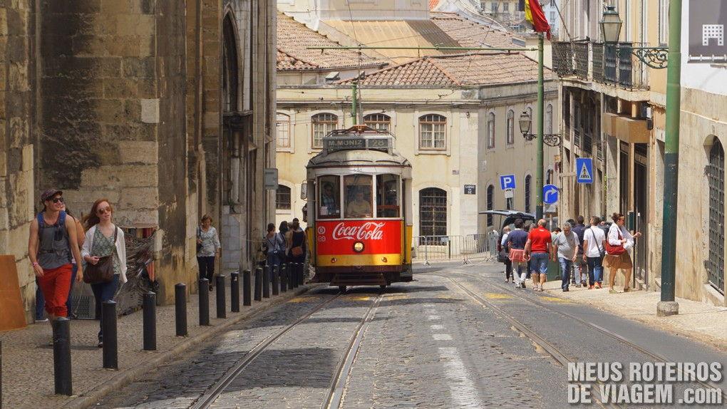 Bonde subindo a ladeira do bairro Alfama - Lisboa