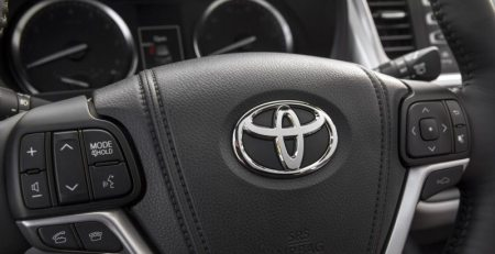 Toyota y Uber realizarán una asociación para brindar soluciones de arrendamiento y vehículos compartidos, intentando mejorar sus servicios.