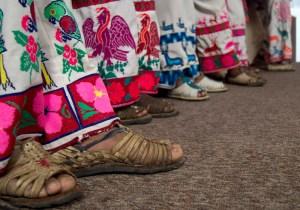 """MÉXICO, D.F., 26OCTUBRE2011.- Desde que el gobierierno federal cedió Wirikuta (Real de catorce), área sagrada para el pueblo Wirrárika (huichol) a la empresa canadiense First Majestic, estos han encabezado un movimiento llamado """"Salvemos Wirikuta"""" en el que exigen al gobierno Federal el respeto este territorio. Miembros de distintos poblados Huicholes provenientes de los estados de Zacatecas, Nayarit, Jalisco y San Luis potosí, ofrecieron una conferencia de prensa en la que participó el actor Daniel Giménez Cacho, el poeta Eduardo Vázquez, la actriz Ofelia Medina, el músico Alfonso Figueroa entre otras personajes solidarios, la conferencia se llevó a cabo en el Centro de Derechos Humanos Miguel Agustín Pro Juárez. FOTO: PEDRO ANZA/CUARTOSCURO.COM"""