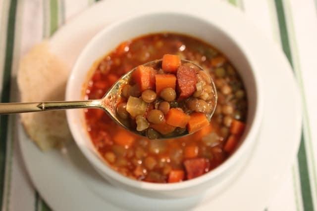 Sopa de lentejas con chorizo, receta sencilla y deliciosa