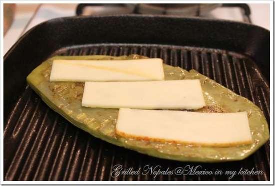 coloca el queso encima de los nopales asados a la plancha