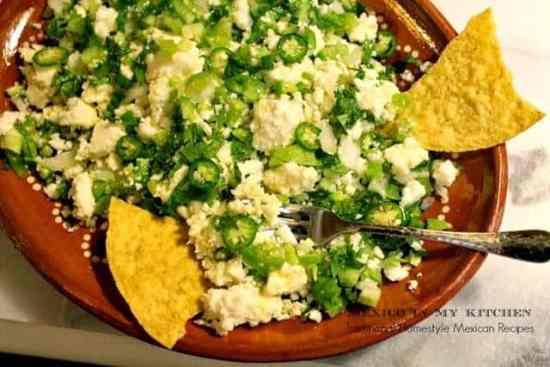 Queso fresco en salsa verde, disfruta de esta receta con chips de tortilla