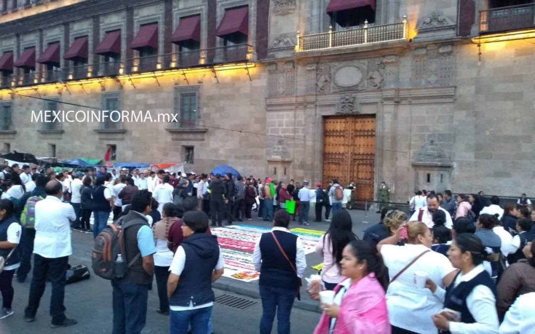 Llegan Médicos y enfermeras a reclamar sus pagos a Palacio