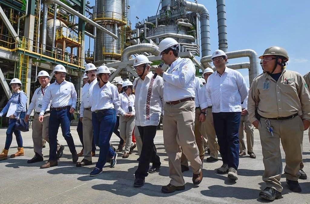 AMLO  convive con trabajadores de refinería Salamanca; incrementa producción 14%