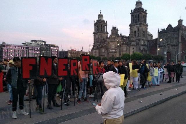 "Exigen a  AMLO becas ""Benito Juarez"""