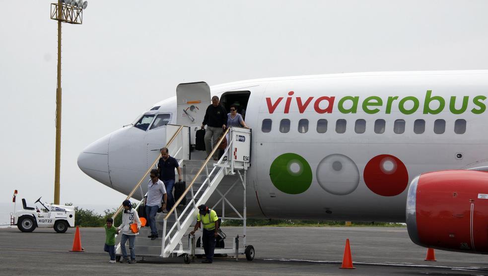 Viva Aerobus dialoga con sobrecargos