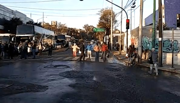Bloquean Camino Real a Toluca al cruce con Escuadrón 201, col.  Cristo Rey