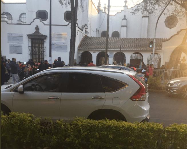 Autos en doble fila frente a escuela en calle Jalapa