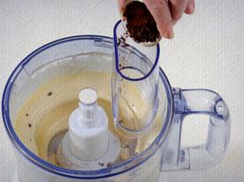 Bata as gemas num processador até elas ficarem brancas (durante aproximadamente10 minutos). Acrescente o mel, o café, o extrato de avelã, o chantili e bata por mais 10 minutos.