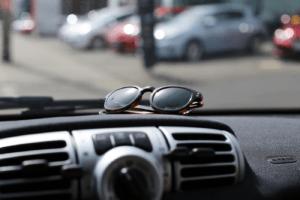 Sonnenbrille-im-Auto