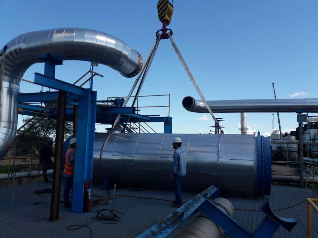 Detalle montaje de equipos y piping en Destileria Ingenio Leales