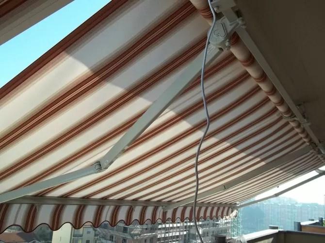 Il più semplice è quello senza braccetti, che servono ad aprire la tenda in aggetto verso l'esterno, che quindi in questo caso scenderebbe verticalmente. Cosa Fare Se Il Motore Della Tenda Da Sole Non Funziona Mf Tende Da Sole Torino