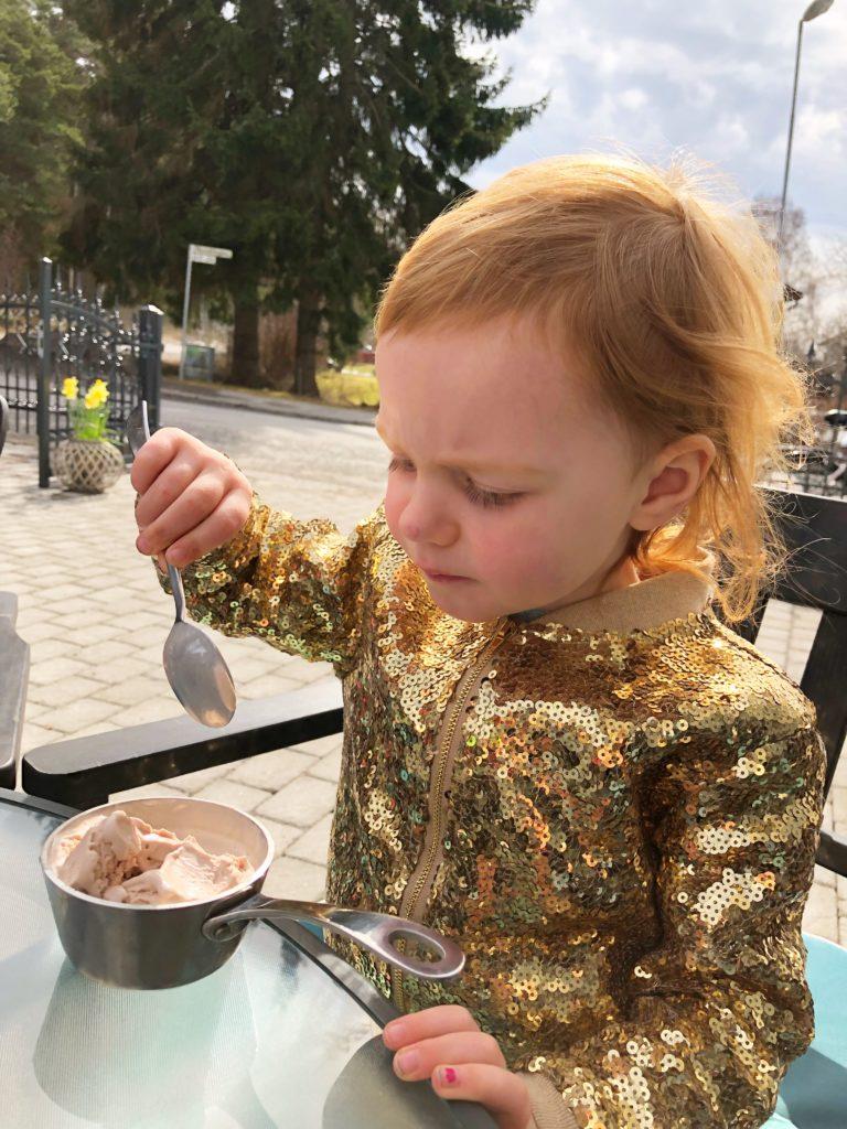 Ella äter glass