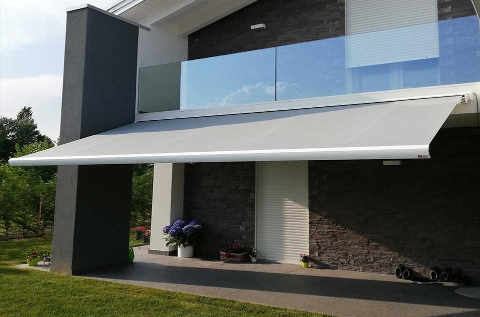 Le tende a caduta per verande offrono soluzioni ideali anche per proteggere gli spazi esterni della casa chiusi come le verande. Tende Da Sole Per Balconi E Finestre Scorze Venezia Miatto Zanocco