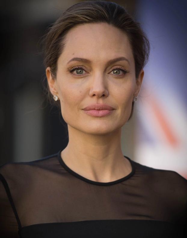 Se somete a 50 operaciones para parecerse a Angelina Jolie y termina pareciéndose a la novia cadáver