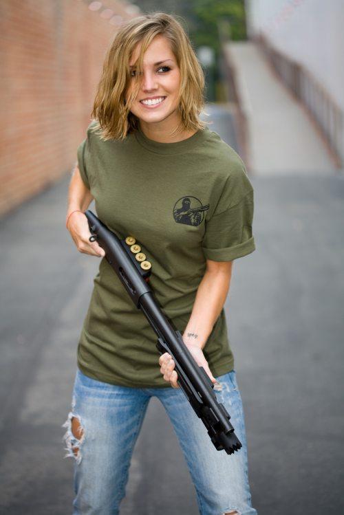 mujer y arma2
