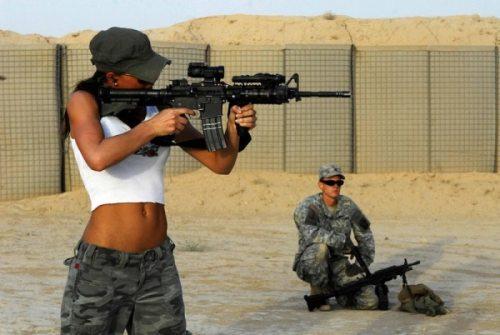 mujer y arma5