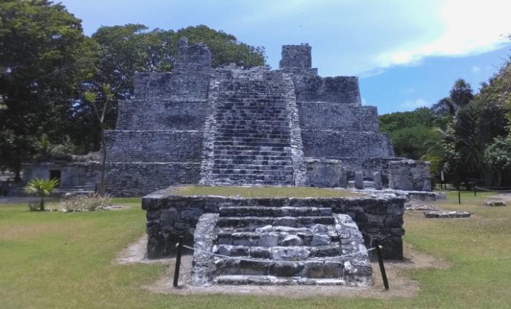 Piramide El Meco Zona Arqueologica Cancun