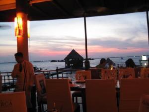 Cena para parejas en la playa puerto madero cancun