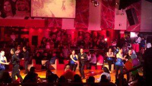 bailar salsa y bachata de noche en cancun