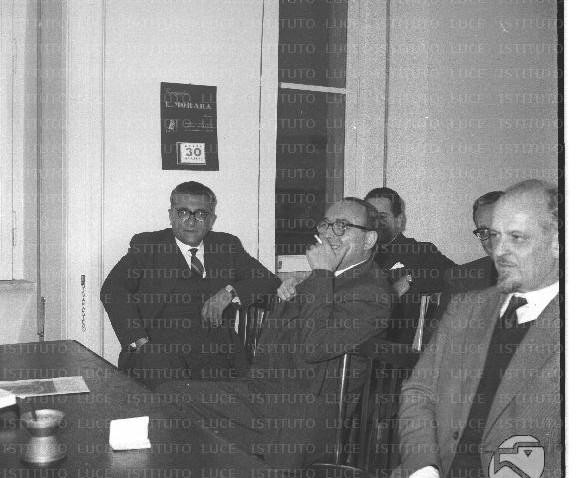 Ripresi seduti durante una riunione del PSI Lelio Basso, Foa, Lombardi