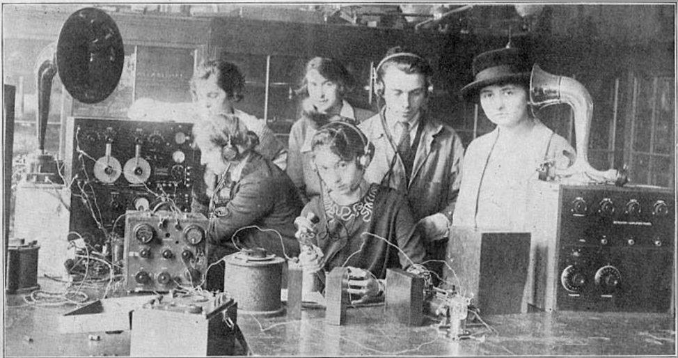 Radcliffe_College_radio_class_1922