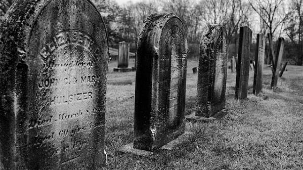tombstones-3031047_640