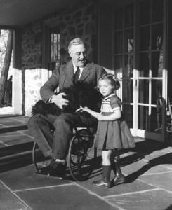 Prominentes Opfer: Der US-Präsident Franklin Roosevelt wurde 1921 ein Opfer der Poliomyelitis und war seitdem von der Hüfte ab weitgehend gelähmt (Foto: Margaret Suckley via Wikimedia Commons) Prominentes Opfer: Der US-Präsident Franklin Roosevelt erkrankte 1921 an der Poliomyelitis und war seitdem von der Hüfte ab weitgehend gelähmt (Foto: Margaret Suckley via Wikimedia Commons)
