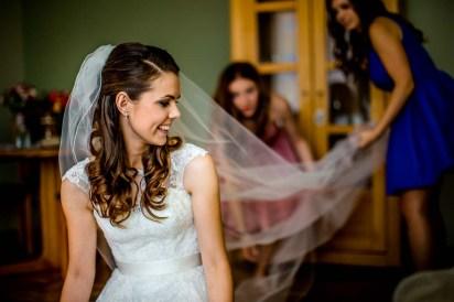 ślub, zdjęcia ślubne, przygotowania Panny Młodej, ubieranie się Panny Młodej, detale, fotograf Łódź, zdjęcia ślubne Łódź, ślub w drewnianym kościele, suknia ślubna, welon