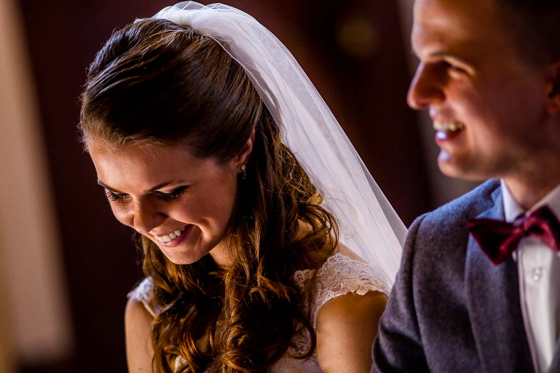 ślub, zdjęcia ślubne, ceremonia ślubu, detale, fotograf Łódź, zdjęcia ślubne Łódź, ślub w drewnianym kościele, suknia ślubna, welon, drewniany kościółek, mały kościółek, klimatyczny kościółek, stary drewniany kościół, w starym drewnianym kościele