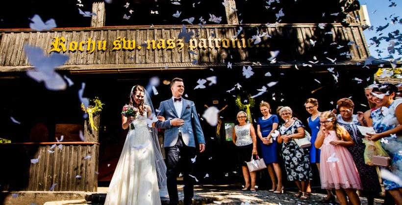 ślub, zdjęcia ślubne, ceremonia ślubu, detale, fotograf Łódź, zdjęcia ślubne Łódź, ślub w drewnianym kościele, suknia ślubna, welon, drewniany kościółek, mały kościółek, klimatyczny kościółek, stary drewniany kościół, w starym drewnianym kościele, konfetti, wyjście z kościoła, strzał, płatki róż, papierowe motyle