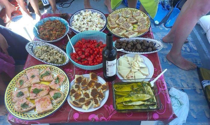 Pranzo a bordo di Onda Blu (foto via facebook))