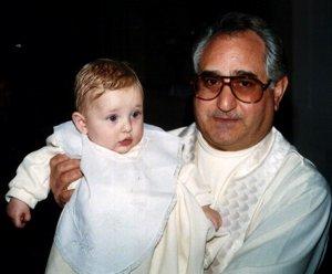 Don Agostino con in braccio Claudia Scozzarra