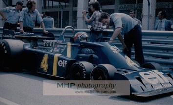 1976 Patrick DEPAILLER on a TYRRELL P34 with 6 wheels at the start of the Monaco F1 Grand Prix - Copyright Photo MH - www.michelhugues.com