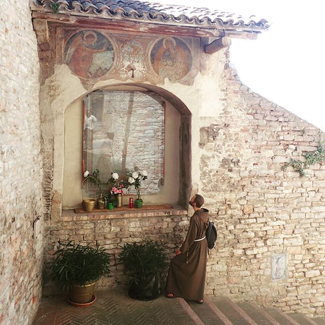 Frate looks at a fresco #chebellaumbria #italy #stfrancis #sanfrancesco #assisi #cattolica