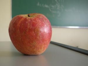 apple-on-the-desk-1428611-m