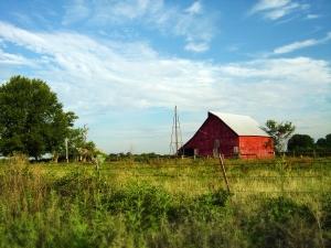 red-barn-on-farm-1423314-m