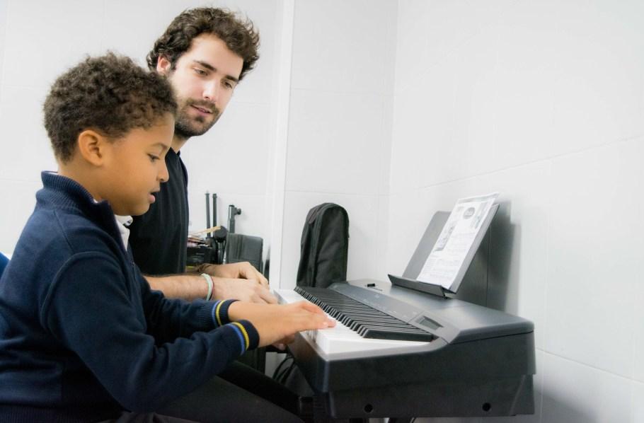 Clases de piano en el colegio