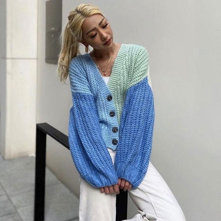 Frau mit blauer Strickjacke
