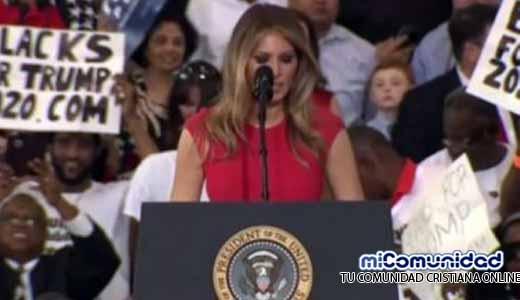 Esposa de Trump criticada por la prensa tras orar en evento