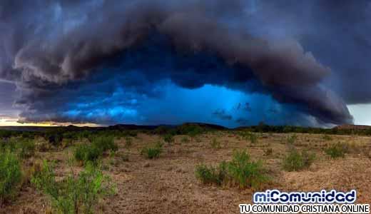 Impactante Señal: Jesucristo aparece entre las Nubes de una Tempestad para proteger Iglesia