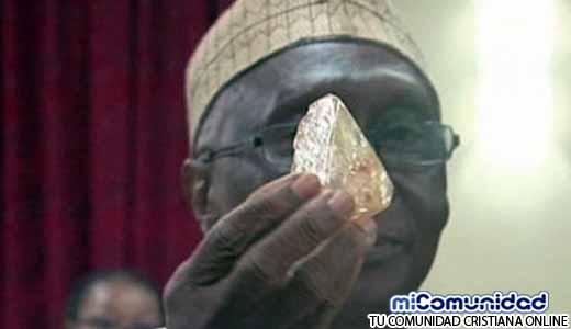 Pastor encuentra y dona diamante valorado en 60 millones de dólares